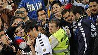 Brazilský fotbalista Kaká jde kolem jásajících fanoušků přebrat trfej pro vítěze.