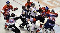 Šarvátky mezi hokejisty Pardubic a Liberce