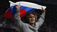 Ruský výškař Ivan Uchov se raduje po vítězství v olympijském závodě v Londýně.
