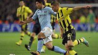 Špílmachr Borussie Dortmund Jakub Blaszczykowski (vpravo) v souboji se Sergiem Agüerem z Manchesteru City v utkání Ligy mistrů