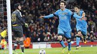Lionel Messi (uprostřed) oslavuje gól z penalty. Vlevo překonaný gólman Arsenalu Petr Čech, vpravo Messiho spoluhráč z Barcelony Luis Suárez.