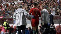 Portugalská hvězda Cristiano Ronaldo opouští hřiště během kvalifikačního utkání o Euro 2020 se Srbskem.