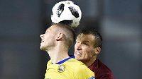 Zleva Pavel Vyhnal ze Zlína a Lukáš Štetina ze Sparty při utkání 13. kola nejvyšší fotbalové ligy.