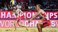 Chorvatský fotbalista Ivan Perišič si zahrál na turnaji Světového okruhu v plážovém volejbalu v Poreči, ale s partnerem Nikšou Dell'Orco nezískali ve třech zápasech základní skupiny ani set.