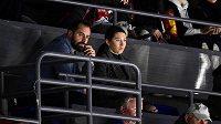 Hráč Pardubic Tomáš Rolinek a jeho manželka Darina sledují utkání s Hradcem z tribuny.