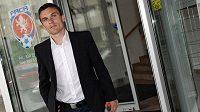 Útočník Sparty Praha David Lafata dne 30. května 2013 odchází ze sídla Fotbalové asociace po jednání disciplinární komise.