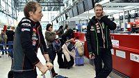 Reprezentační trenér Ondřej Rybář (vpravo) a Ondřej Moravec před odletem na MS do finského Kontiolahti.
