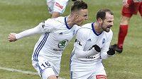 Zleva Samuel Dancák a Marek Matějovský z Boleslavi se radují z gólu.