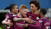 Hráči Manchesteru City (zleva) Gabriel Jesus, Kevin De Bruyne, Leroy Sané a Raheem Sterling se radují z gólu.