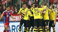 Fotbalisté Borussie Dortmund se radují z gólu, který vstřelili v semifinále Německého poháru domácímu Bayernu Mnichov.