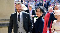 Bývalý fotbalista David Beckham, vítěz Ligy mistrů s Manchesterem United 1998/99, s manželkou Viktorií na královské svatbě.