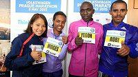 Běžecká elita pražského maratónu, zleva Kit Ching Yiu z Hongkongu, Betelhem Mogesová z Etiopie, Keňan Gilbert Yegon a etiopský favorit Deribe Robi.