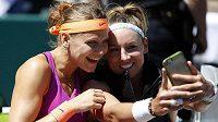 Lucie Šafářová (vlevo) se svou americkou parťačkou Bethanií Mattekovou-Sandsovou po triumfu ve finále deblu na turnaji v Charlestonu.