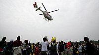 Helikoptéra letí s těžce zraněným de Angelisem do nemocnice.