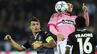 Álvaro Morata z Juventusu (v růžovém) během utkání Ligy mistrů na hřišti Borussie Mönchengladbach.