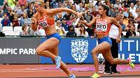 Mediea Ghafoorová předává na světovém šampionátu v Londýně štafetový kolík nizozemské sprinterské hvězdě Dafne Schippersové.