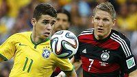 Brazilec Oscar (vlevo) v souboji s Bastianem Schweinsteigerem z Německa v semifinále fotbalového MS.