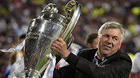 Kouč Realu Madrid Carlo Ancelotti s trofejí.
