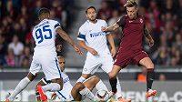 Sparťanský útočník Václav Kadlec střílí vedoucí gól v utkání Evropské ligy proti Interu Milán.