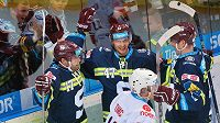 Útočníci pražské Sparty (zleva) Jaroslav Hlinka, Jan Buchtele a Tomáš Netík se radují z gólu proti Chomutovu. Vpředu je forvard Pirátů Marek Tomica.