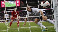 Anglický útočník Rickie Lambert skóruje v kvalifikačním utkání proti Moldávii.