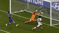 Daniel Sturridge (vpravo) střílí vyrovnávací gól Anglie v duelu s Itálií.
