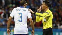 Anglický rzhodčí Mark Clattenburg domlouvá italskému obránci Chiellinimi během zápasu s Belgií.
