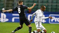 Záložník Realu Madrid Toni Kroos (vlevo) a Vadis Odjidja z Legie Varšava v zápase Ligy mistrů.