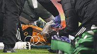 Zraněný mexický fotbalista Raúl Jiménez z Wolverhamptonu v péči lékařů.