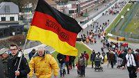 Fanoušci Michaela Schumachera na trati ve Spa-Francorchamps.