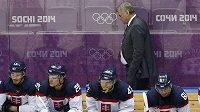 Český trenér slovenské hokejové reprezentace Vladimír Vůjtek nedokázal s mdlým herním projevem svých svěřenců nic dělat.