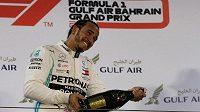 Lewis Hamilton oslavuje triumf ve Velké ceně Bahrajnu.