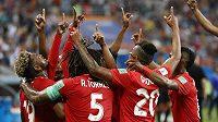 Fotbalisté Panamy slaví gól proti Tunisku.
