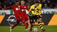 Stoper Dortmundu Mats Hummels (vpravo) během zápasu s Leverkusenem.