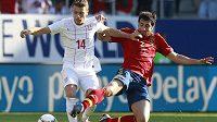 Adem Ljajič (vlevo) v souboji s Raúlem Albiolem v přípravném utkání srbské a španělské reprezentace