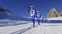 Čeští běžci na lyžích při soustředění na dachsteinském ledovci. V čele skupiny jediná žena v reprezentačním výběru Eva Nývltová-Vrabcová.