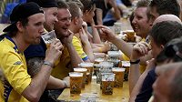Švédští fanoušci popíjejí pivo