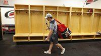 Tak na shledanou. Brzy? Jeff Skinner opouští kabinu Caroliny při vyhlášení výluky v NHL