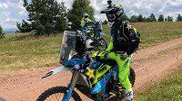 Český freestyle motokrosař Libor Podmol má za sebou první oficiální trénink na Dakarskou rallye. Má za sebou několik pádů, srážce s krávou či traktorem ale unikl.