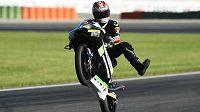 Český motocyklový závodník Jakub Kornfeil oslavuje své druhé letošní umístění na pódiu.