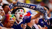 Japonský fanoušek slaví vítězství svého týmu v utkání MS s Kolumbií. Následně však Japonci uklízeli stadión.