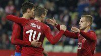 Čeští fotbalisté se radují z gólu Jakuba Jankta (uprostřed) v přípravě proti Polsku.