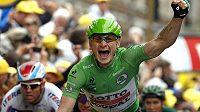 Německý cyklista André Greipel oslavuje v cíli 5. etapy Tour de France svůj triumf.