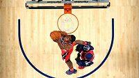 John Wall z Washingtonu Wizards dává koš při dovednostních soutěžích Utkání hvězd NBA.