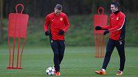 Nemanja Vidič (vlevo) a Robin van Persie při tréninku Manchesteru United.
