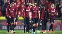 Zklamaní fotbalisté Sparty Praha po derby na Slavii. V nastavení přišli o výhru.