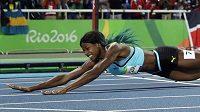 Bahamka Shaunae Millerová do cíle finálového běhu na 400 metrů skočila rybičku.