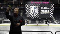 Jay Deogracias pořizuje selfie během představování nového klubu v NHL Vegas Golden Knights.