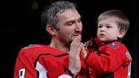 Ruský hokejový útočník Alexandr Ovečkin se synem Sergejem.