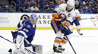 Brankář Tampy Andrej Vasilevskij na snímku zasahuje proti kapitánovi NY Islanders Andersi Leeovi v utkání NHL.